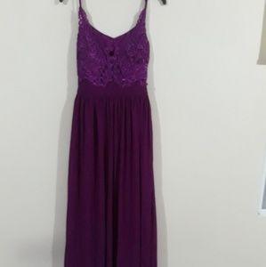 Dresses & Skirts - Traje color magenta, con bordado en la parte super